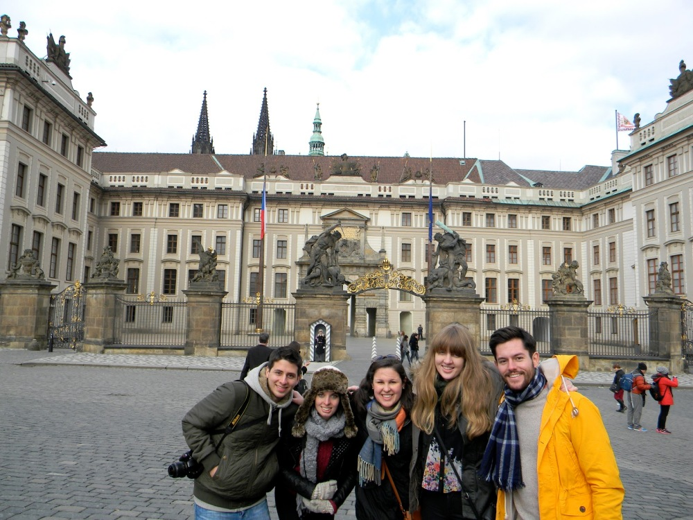Groupiez in front of a pretty building.